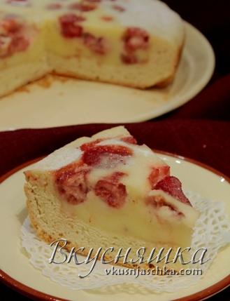 Пирог в мультиварке с клубникой
