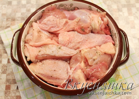 изображение: Укладываем курицу в форму