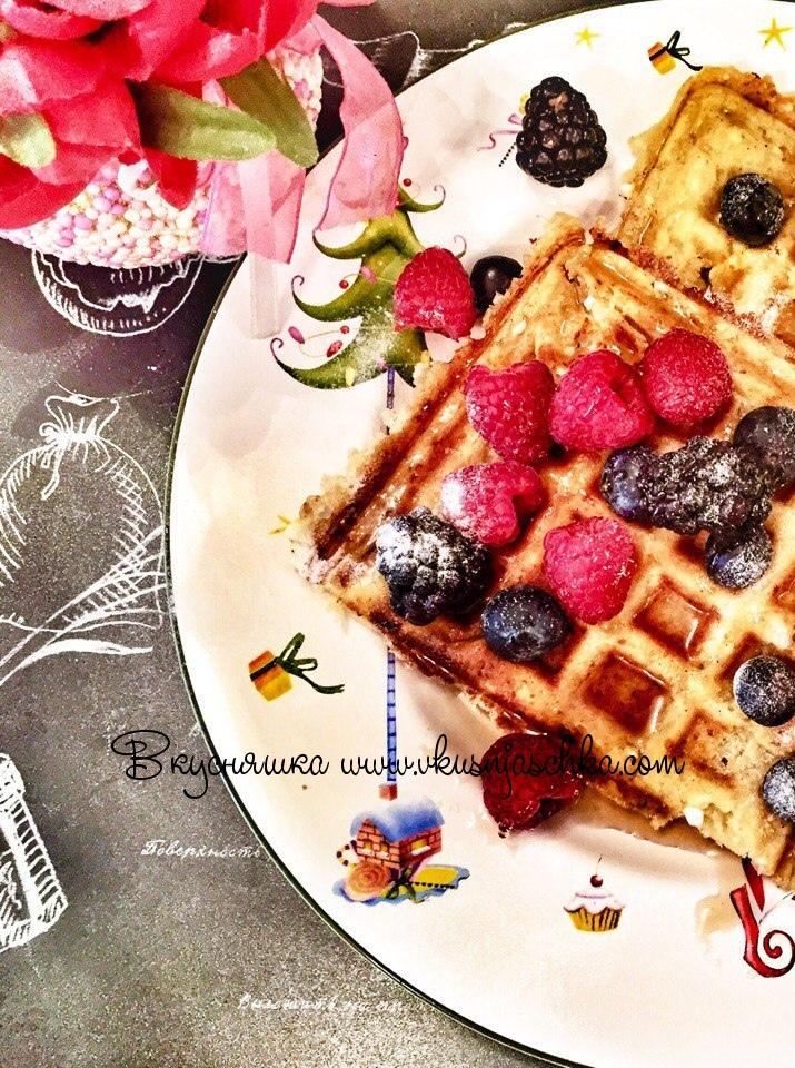 """изображение """"Подаем вафли с кленовым сиропом, сахарной пудрой и ягодами"""""""